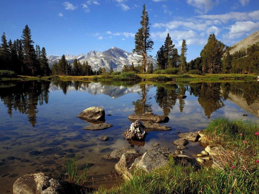 Горный пейзаж , и озеро с камнями